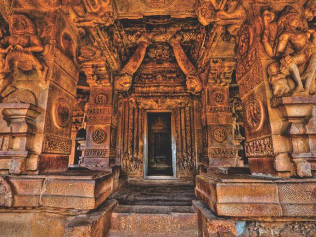 https://www.karnatakatravel.com/wp-content/uploads/2019/11/karnataka_heritage_tour_2-640x480.jpg